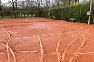 Tennisclub nodigt vandalen uit om schade aan terreinen mee te herstellen