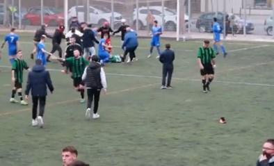 Voetbalwedstrijd ontaardt in knokpartij: spelers gaan met elkaar en supporters op de vuist in volle coronatijd