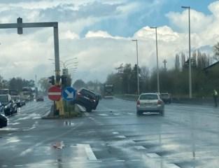 Wagen knalt op middenberm na aanrijding