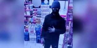 Gewapende man wil winkel overvallen, maar slaat in paniek en vlucht