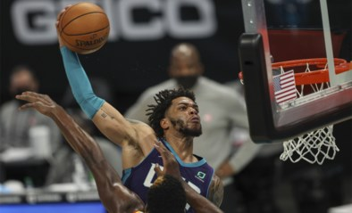 Basketbalfans smullen van 'monsterdunk' in de NBA