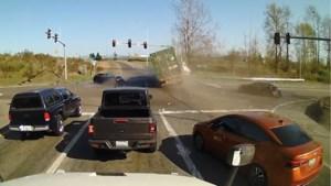 Vrachtwagenchauffeur kan niet op tijd remmen voor rood licht en veroorzaakt crash