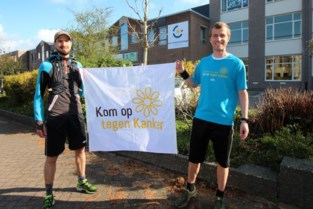 """Wouter en Bernd lopen 75 kilometer overleden collega: """"We stoppen even aan het graf van Pieter"""""""
