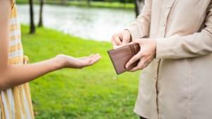 Vanaf welke leeftijd moet ik mijn dochter zakgeld geven? Verdient mijn zoon 'opslag' na zijn goed rapport? Vragen over kinderen en geld beantwoord