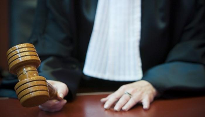 Duo riskeert celstraf tot tien maanden voor bedreigingen met hamer