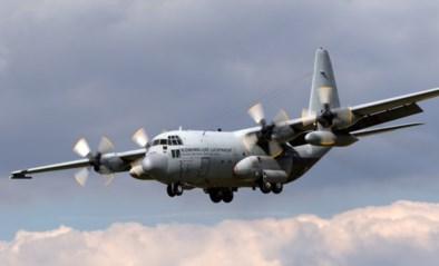 Militaire vliegtuigen vliegen tot middernacht laag boven huizen