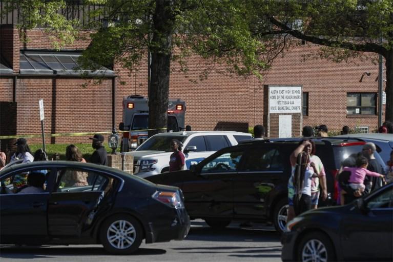 Uno studente armato è stato colpito da un poliziotto e un ufficiale scolastico del Tennessee è rimasto ferito