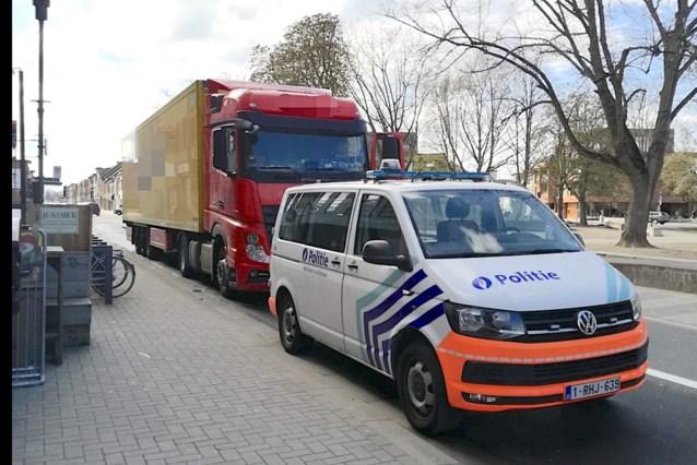 Trucker betrapt: peuter rijdt rechtstaand mee in stuurcabine