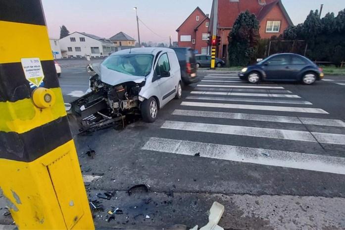 Bestuurder (21) rijdt tegen verkeerslicht op N80 in Sint-Lambrechts-Herk