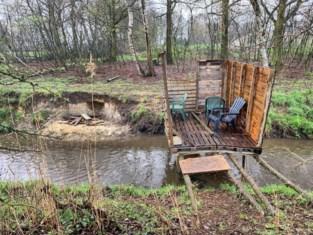 Mysterieuze 'brug' van paletten over Stiemerbeek