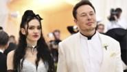 Zangeres Grimes, partner van Elon Musk, laat voor het eerst getatoeëerde rug zien