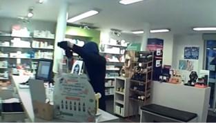 """Politie zoekt naar eerder klungelige overvallers die Jetse apotheker beroven: """"Buitencamera geïnstalleerd na de overval"""""""
