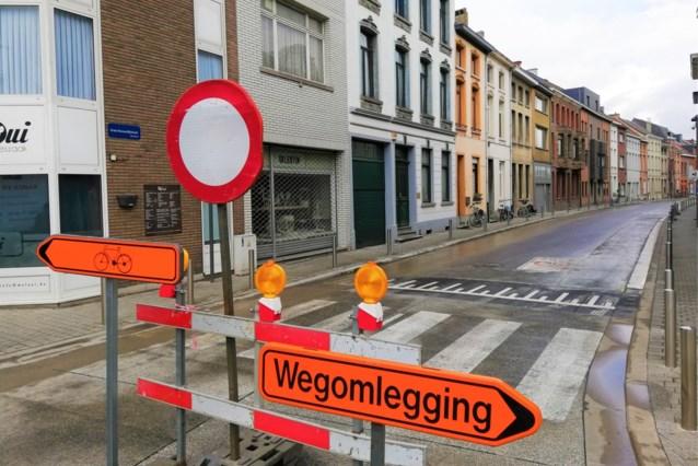 Betonnen fietssuggestiestroken worden geasfalteerd om hinder te voorkomen