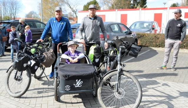 IJzige fietstocht van 950 kilometer langs stadions voor ziek voetballertje Jorre (8)
