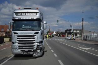 Twaalf uur na eerste ongeval weer prijs op zelfde kruispunt: vrachtwagen botst tegen wagen