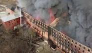 Spectaculair: drone filmt reusachtige brand in oude fabriek