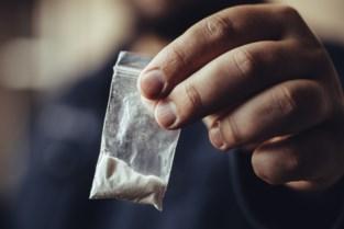 Man verpakt cocaïne in het bijzijn van dochter