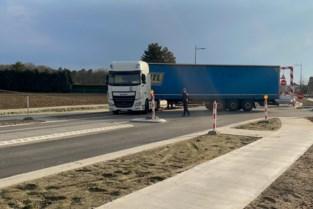 Hinder door vrachtwagen in schaar aan werken op Meeuwerkiezel