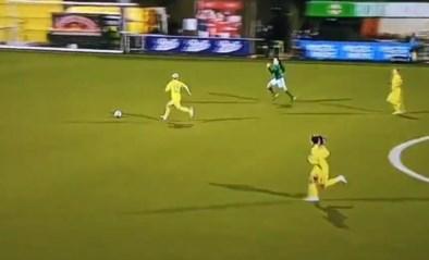 Is dit de domste rode kaart ooit? Video van voetbalster die van het veld moet na bizarre fout gaat de wereld rond