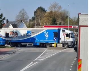 Vrachtwagen valt in panne op rotonde en veroorzaakt lange file
