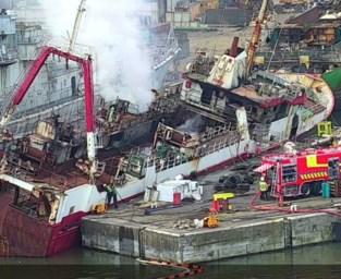 Vissersboot helemaal uitgebrand in Gentse haven: vuur na 24 uur nog niet geblust
