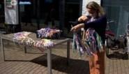 Vrijwilligers maken van 700 meter stof 1000 slingers voor Lentepoets
