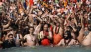 Duizenden pelgrims baden in Ganges tijdens religieus festival ondanks stijgende coronacijfers