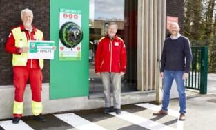 Rode Kruis haalt mee geld binnen voor defibrillator aan supermarkt