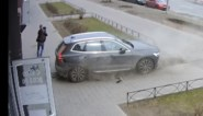 Vader kan vierjarige zoontje op het nippertje redden van aanstormende wagen