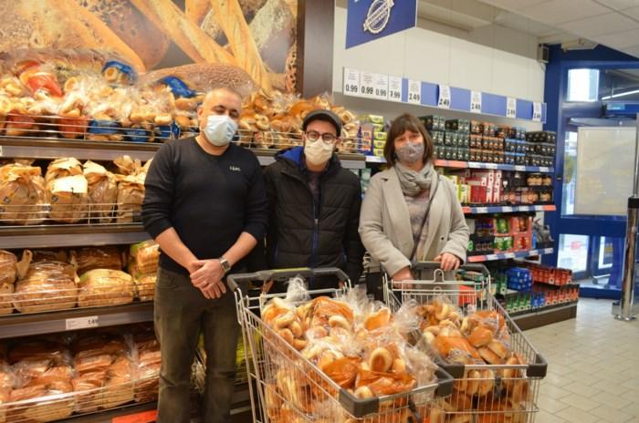 """Vluchtelingen delen koekjes uit aan personeel van supermarkt: """"Zij bleven er staan voor ons en voor de hele bevolking"""""""