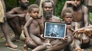 """""""De stam lijkt hopeloos. Een staatsieportret van Philip in de armen gekneld. Er komen hulpeloze handen de foto in. Hier wordt intens gerouwd. God sta ons bij maar hun god is weg"""""""
