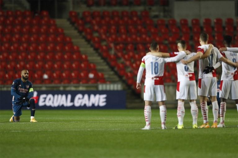 Beeld van knielende Arsenal-spits gaat viraal: Lacazette maakt statement tegen ploeg die racisme-incident ontkent