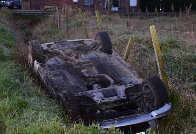 Wagen gaat over de kop en belandt in gracht, bestuurder (21) onder invloed