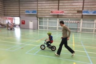 Kleutertjes leren veilig fietsen in sporthal