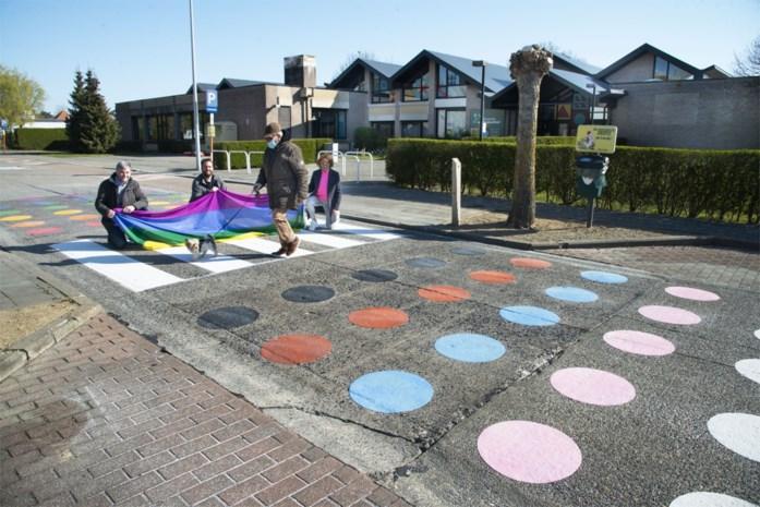 Zebrapad met kleurrijke bollen voor verdraagzaamheid én veiligheid