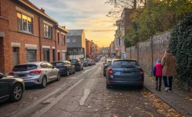 """Heeft stadsbestuur afgelopen jaren te veel parkeerplaatsen geschrapt? """"Bewoners vinden geen plek meer"""""""