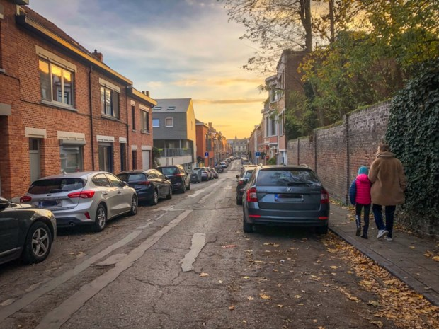 """Heeft het stadsbestuur de afgelopen jaren te veel parkeerplaatsen geschrapt? """"Veel bewoners vinden geen plek meer in de buurt"""""""