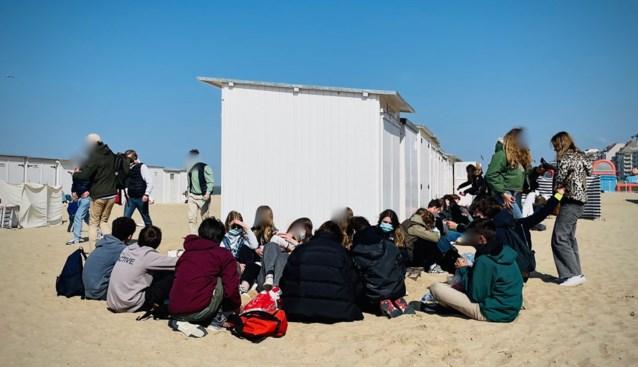 """Honderden jongeren feesten erop los op strand, uitbaters beschadigde strandbars tellen af naar einde paasvakantie: """"Waar zitten ouders?"""""""