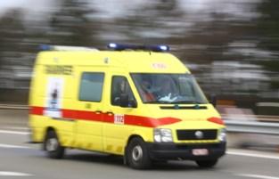 Tachtiger rijdt bestelwagen aan en belandt in ziekenhuis