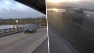 Haastige bestuurder ramt slagbomen terwijl brug opengaat