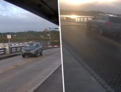 Haastige bestuurder ramt slagbomen en raast over opengaande brug