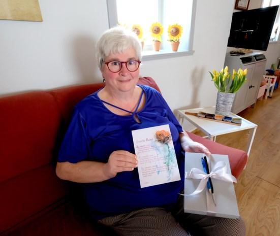 """Rita (61) stopt gedichten in doosjes: """"Mensen hoeven ze niet te kopen om mij een plezier te doen"""""""