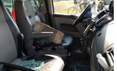 Agent raakt gewond bij politiecontrole aan Bruulpark, ruiten van combi stukgegooid