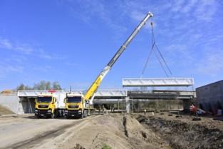 Fietsersbrug geplaatst in lus van R6