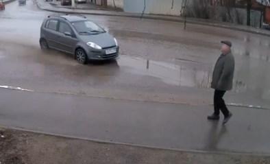 Kippenvel: voetganger lijkt vogel voor de kat, maar ontkomt nipt aan dodelijke crash