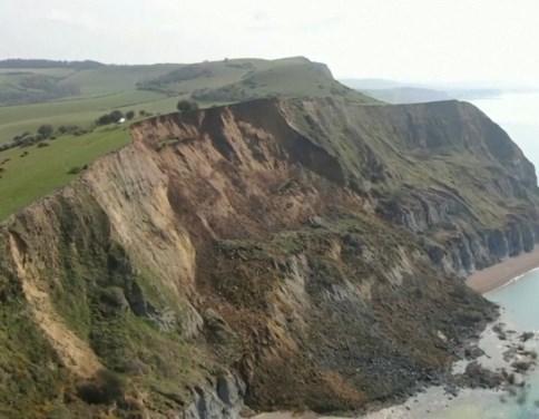 """Grootste instorting van klif in 60 jaar tijd"" hertekent de Engelse kust volledig"
