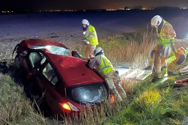 Passagier zwaargewond nadat bestuurder uitwijkt voor overstekend konijn