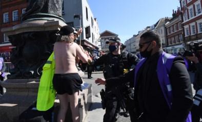 Activiste protesteert topless tijdens uitvaart prins Philip