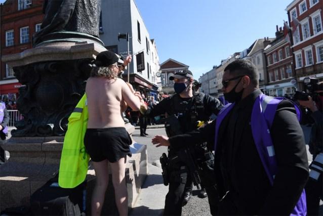 Klimaatactiviste protesteert topless tijdens uitvaart prins Philip