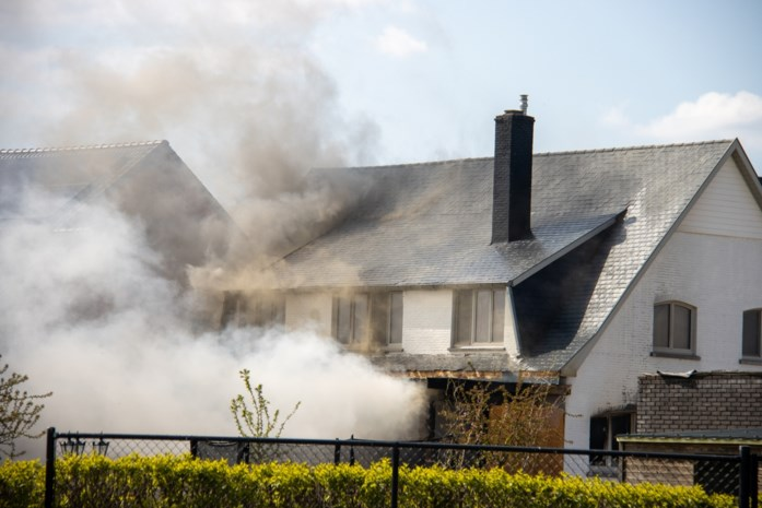 Vlammen slaan door dak bij uitslaande huisbrand in Wilderen